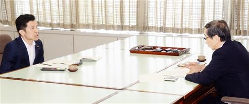 「もんじゅ」の燃料取り出しについて、指導監督を徹底する姿勢を西川一誠知事(右)に示す新妻政務官=29日、福井県庁
