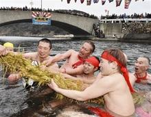 男衆勇壮「水中綱引き」 豊漁と息災願う 福井県美浜町で伝統行事