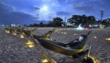 浜辺の月夜、波音浸る 敦賀で催し ハンモックに揺られ