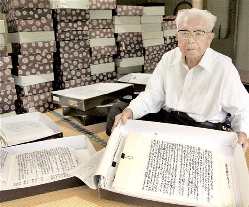 敦賀半島の暮らしや原発の経緯などを記録している墨書が5万枚を突破した橋本さん=福井県敦賀市